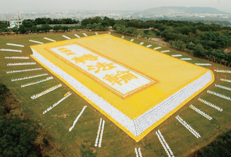 """Hình ảnh hơn 6.000 học viên Pháp Luân Công đã xếp thành hình cuốn sách """"Chuyển Pháp Luân"""" tại Đài Loan vào năm 2009. (Mạng Minh Huệ)"""